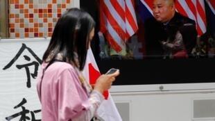 Televisão em Tóquio exibe imagem do líder norte-coreano Kim Jong-Un neste sábado (4).