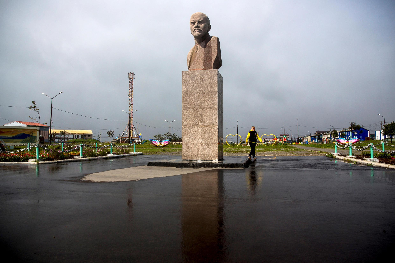 Tượng đài Vladimir Lenin tại Yuzhno-Kurilsk, phía nam đảo Kuril. Ảnh chụp ngày 17/09/2015.