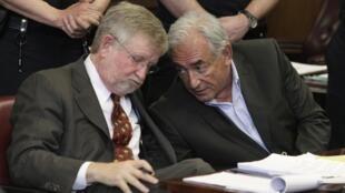 卡恩和他的律师之一威廉-泰勒William Taylor 在法庭上交流