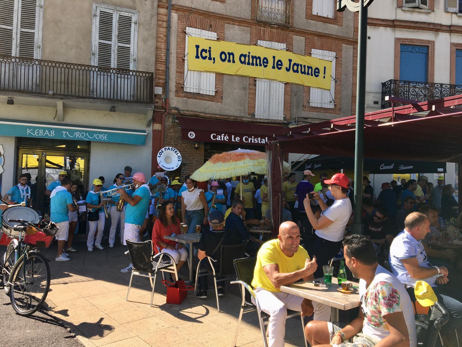 Le café «Le Crystal» de Lavaur, bondé pour l'arrivée de la 7e étape du Tour de France.