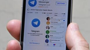 A justiça russa multou, nesta segunda-feira (16), o serviço de mensagens Telegram  por se recusar a fornecer aos serviços de segurança russos (FSB) as chaves de criptografia para acessar mensagens de alguns de seus usuários.