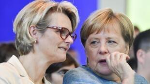 La ministre allemande de l'Éducation Anja Karliczek et la chancelière Angela Merkel.