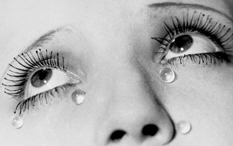 "曼·雷(Man Ray)为化妆广告拍摄的作品""眼泪""("" Les larmes"")。"