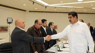Maduro y Torrealba se estrechan la mano en el inicio de los diálogos, Caracas 30 de octubre de 2016.