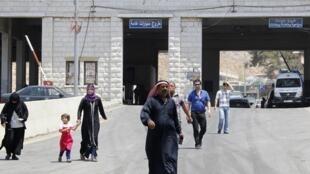 Des réfugiés syriens franchissent à pied une des frontières avec le Liban, à al-Masnaa , le 20 juillet 2012.