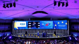 Manfred Weber, candidat du Parti populaire européen(PPE) à la prochaine présidence de la Commission européenne, prend la parole devant la salle plénière pendant la nuit électorale pour les européennes au Parlement européen à Bruxelles, le 27 mai 2019