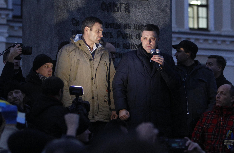 Les leaders d'opposition Oleh Tyahnybok et Vitali Klitschko, lors du rassemblement de samedi à Kiev.
