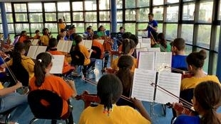 Les 80 élèves du Collège Henri Matisse à Garges-Lès-Gonesse répètent avec leur professeur Yefren Carrero, six heures par semaines. Ils préparent les prochains concerts en France et à l'internationale.