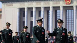 Les délégués de l'armée devant le palais de l'Assemblée du peuple, à Pékin, le 4 mars 2019.