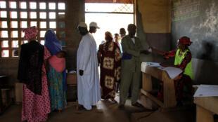 Des électeurs dans le bureau de vote de l'école Koudougou du PK5, à Bangui, le 27 décembre 2020.