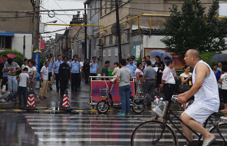 La police chinoise protège les abords de l'élise du Coeur Sacré de Jésus  à Anyang, dans la province du Henan (centre) où s'est déroulée l'ordination du père Joseph Jhang Yilin en tant qu'évêque, le 4 août 2015.