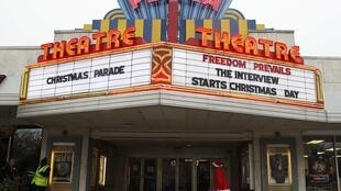 Một rạp xi-nê giới thiệu phim « The Interview » dưới hàng chữ « Tự do trên hết ».