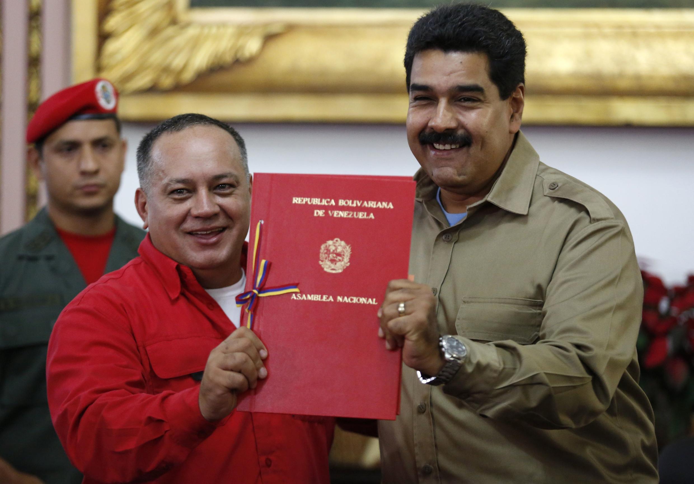 A Assembleia Nacional da Venezuela concedeu nesta terça-feira,19/11/2013, ao presidente Nicolás Maduro (à dir.) poderes especiais para legislar.