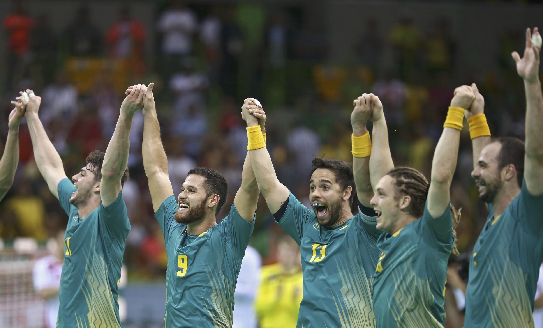 Seleção brasileira de handebol comemorar a estreia vitoriosa com a torcida da Arena do Futuro.