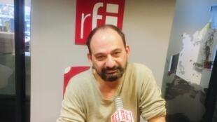 Claro, écrivain français en studio à RFI (mars 2020).