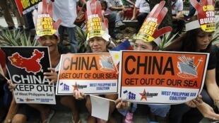 Người dân Philippines biểu tình chống yêu sách của Trung Quốc tại Biển Đông trong « Ngày hành động toàn cầu » ở Manila 24/07/2013.