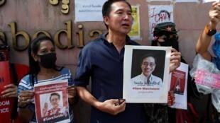 Une vingtaine de militants pro-démocratie se sont rassemblés lundi devant l'ambassade du Cambodge à Bangkok pour exiger des explications sur le sort de Wanchalearm Satsaksit.