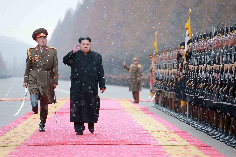 Ảnh minh họa: Lãnh đạo Bắc Triều Tiên Kim Jong-Un duyệt đội ngũ lúc chuẩn bị phóng vệ tinh tháng 2/2016.