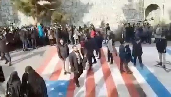 Ngược với lệ thường, người biểu tình ở Teheran tránh dẫm lên những lá cờ Mỹ và Israel sơn trên đường, mà sự phẫn nộ tập trung vào chính quyền Iran. Ảnh từ mạng xã hội ngày 12/01/2020.