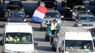 «Внынешних условиях» правительство Франции решило отказаться от очередного запрета. На фото: участники акции протеста «желтых жилетов»