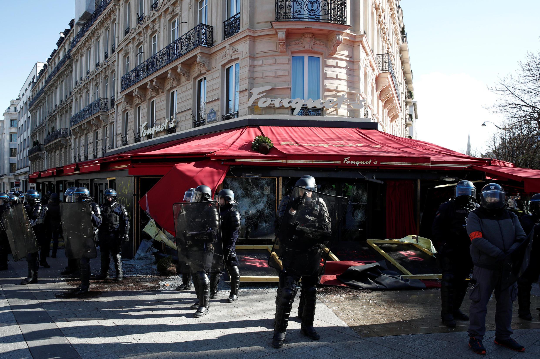 """França convoca militares do """"Sentinela"""" para prevenir violência nos protestos dos coletes amarelos. Foto do último protesto nas ruas de Paris 16/03/19"""