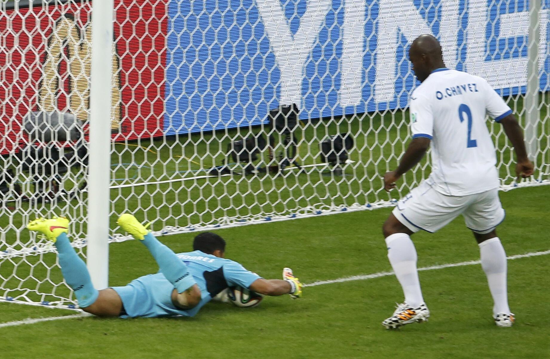 O goleiro Valladares tenta evitar o gol contra, mas a tecnologia do goal-line confirmou a entrada da bola.