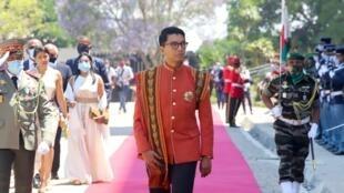 Le président Rajoelina à son arrivée sur le site du palais de reine dans la ville haute d'Antanarivo pour une cérémonie solennelle, le 6 novembre 2020.
