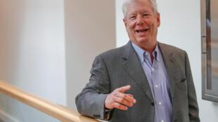 Richard Thaler, todo sorridente, ao saber que vai gastar irracionalmente o Prémio Nobel da economia
