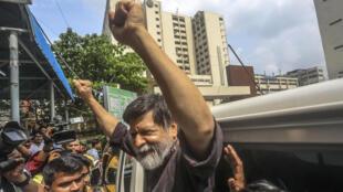 Le célèbre photographe bangladais Shahidul Alam, âgé de 63 ans, fait un geste dans un hôpital de Dhaka le 8 août 2018.
