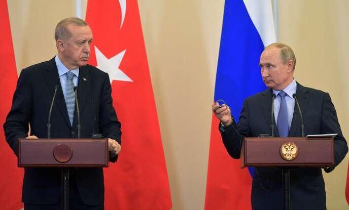 Tổng thống Thổ  Nhĩ Kỳ Recep Tayyip Erdogan (T) và đồng nhiệm Nga Vladimir Poutine, tại Sotchi, Nga, ngày 22/10/2019.
