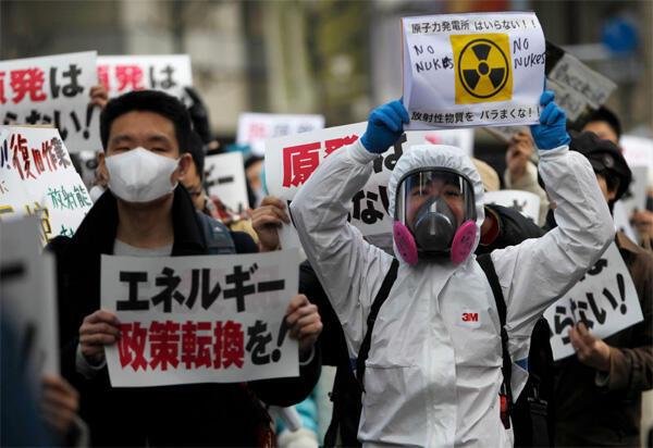 Os japoneses saíram às ruas neste domingo para pedir o fechamento das usinas nucleares do país.