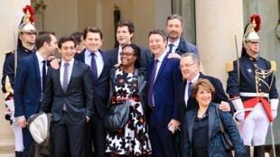 L'équipe de campagne d'Emmanuel Macron sur les marches de l'Elysée.