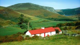 Un cottage traditionnel dans une vallée d'Irlande.