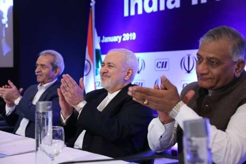 محمد جواد ظریف وزیر امور خارجه ایران و نیتین گادکاری، وزیر حمل و نقل هند، در نشست تجاری هند و ایران که توسط کنفدراسیون صنایع هند در دهلینو برگزار شد. سهشنبه ١٨ دی/ ٨ ژانویه ٢٠۱٩