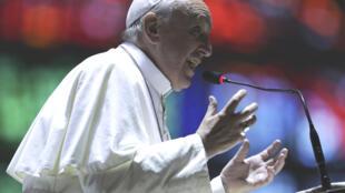 El papa Francisco habla frente a jóvenes argentinos en la catedral de Río de Janeiro, este 25 de julio.