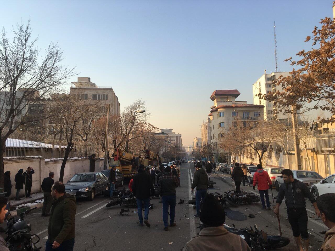 حضور نیروهای امنیتی، روز یکشنبه، در نزدیکی محل سکونت نورعلی تابنده به درگیری میان دراویش گنابادی وماموران انجامید