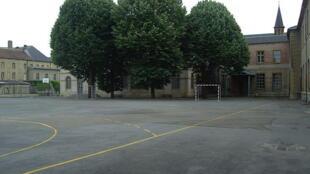On recense en France de plus en plus de cas de violences faites aux professeurs par les élèves mais aussi par leurs parents.