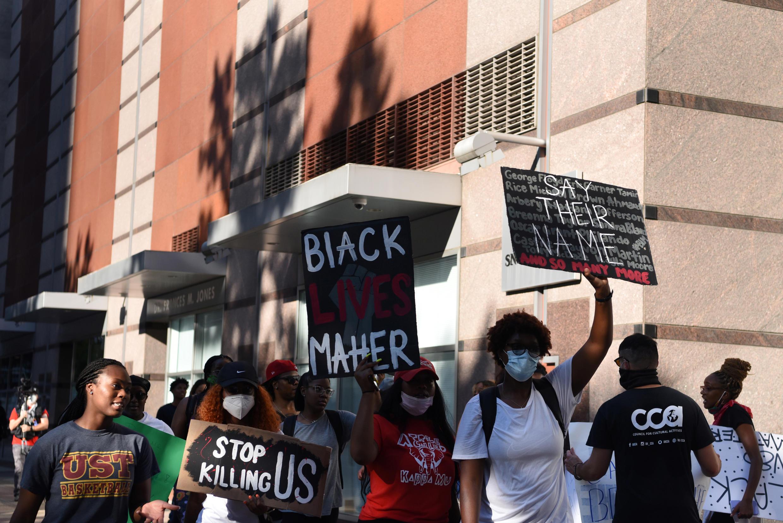 2020-06-03T002733Z_1407103742_RC2C1H95Q73U_RTRMADP_3_MINNEAPOLIS-POLICE-PROTESTS-HOUSTON