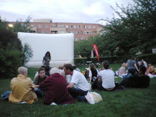 夏日巴黎:巴黎13區一個街區公園裡野餐等待觀看露天電影的居民