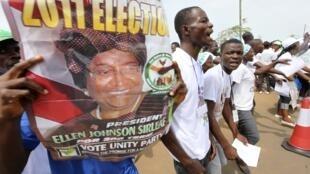 Cartazes da campanha presidencial na Libéria com adeptos de Ellen Johnson Sirleaf