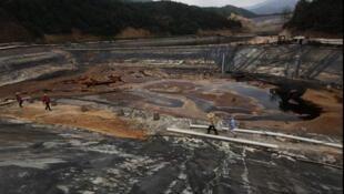 Nước ô nhiễm gần mỏ đồng Zijin, miền đông bắc Trung Quốc, 13/7/2010