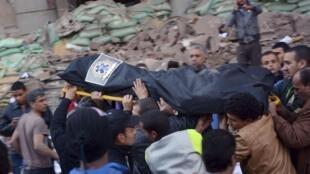 Des Egyptiens portent le corps d'un homme tué lors de l'un des attentats à la bombe au Caire ce 24 janvier.