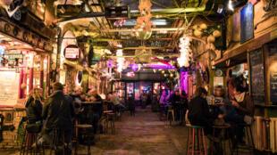 Des bars dans une allée de Budapest.