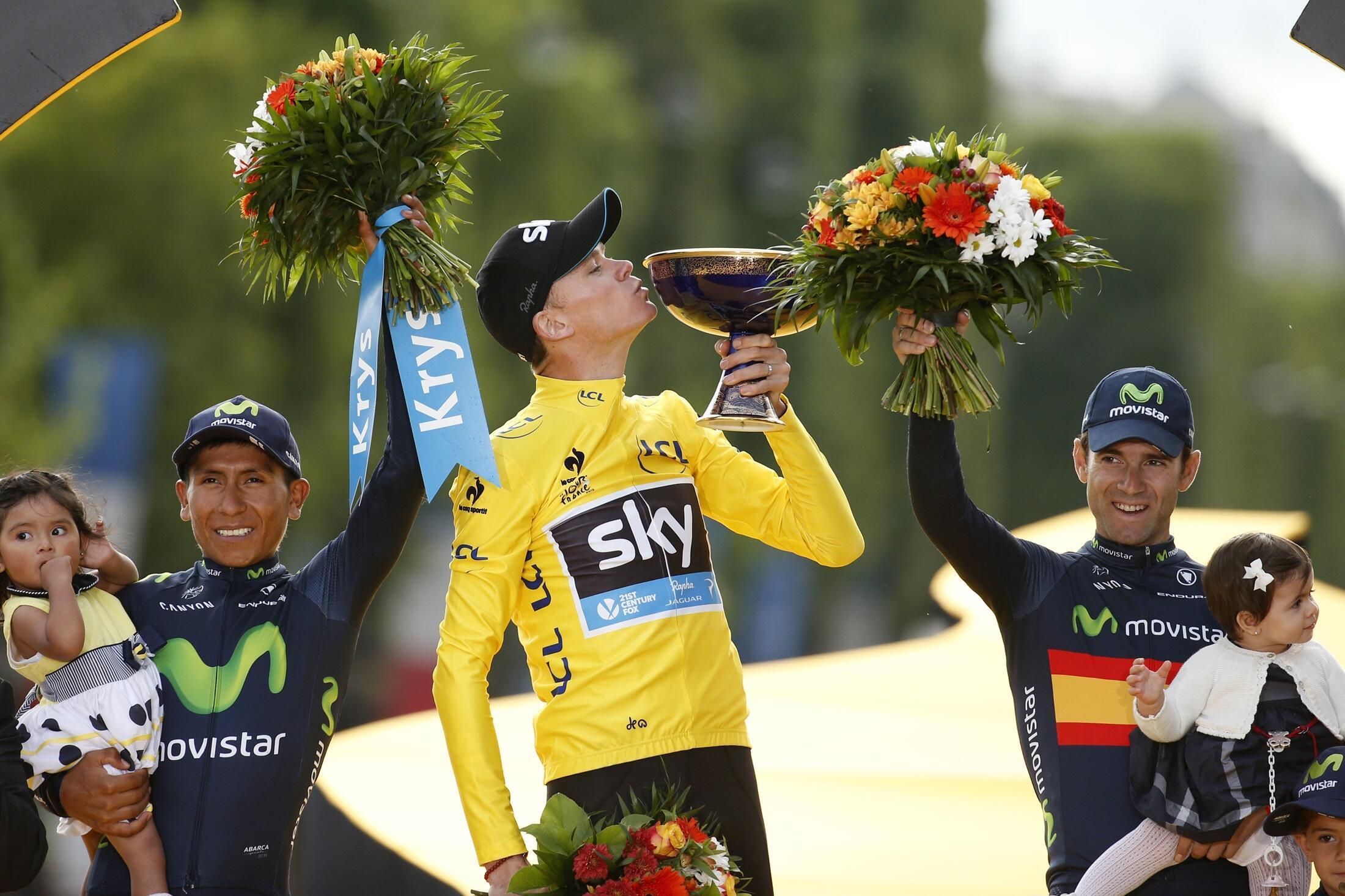 Christopher Froome (centro), britânico da equipa Sky, venceu pela segunda vez a Volta a França, à frente do colombiano Nairo Quintana (esquerda), da equipa Movistar, e do espanhol Alejandro Valverde (direita), da equipa Movistar.