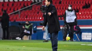 Le nouvel entraîneur du PSG Mauricio Pochettino replace ses joueurs lors de la victoire sur Brest au Parc des Princes, le 9 janvier 2021