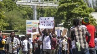 Des habitants de Port-au-Prince manifestent contre l'insécurité, le 6 juillet 2020.