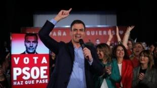 El presidente del Gobierno y candidato a la reelección, Pedro Sánchez, arenga a sus simpatizantes, este 12 de abril de 2019 en Dos Hermanas.