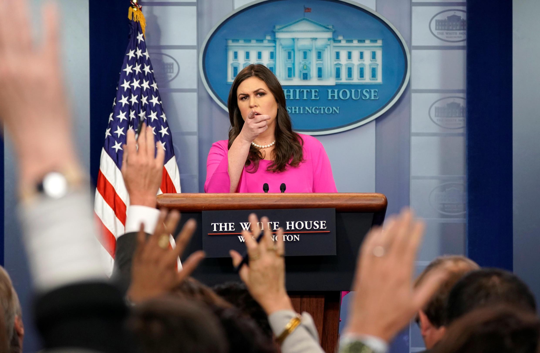 Phát ngôn viên Nhà Trắng Sarah Sanders trả lời nhiều câu hỏi liên quan đến hồ sơ điều tra Nga can thiệp bầu cử Mỹ trong cuộc họp báo tại Nhà Trắng, Washington ngày 30/10/2017.