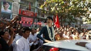 Bà Aung San Suu Kyi và các ủng hộ viên Liên Đoàn Quốc gia vì Dân chủ Miến Điện, Rangoon, 17/01/2012