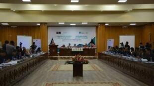 مرکز آمار افغانستان، با نشر نخستین گزارش شاخص فقر چند بعدی در این کشور گفت که ۵۲ درصد جمعیت افغانستان گرفتار فقر چند بعدی هستند